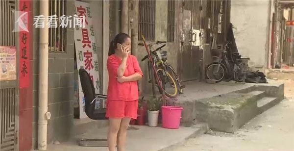 无故躺枪男子怀疑女友被跟踪持砖怒砸街边闲逛男孩